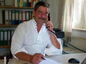 Raimund Rosenberger im Büro Rosenberger Sonderhubwagen