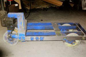Wartungshilfe Rahmenhubwagen zur Reparatur mit Steinbockhydraulik und in Kundenfarbe lackiert
